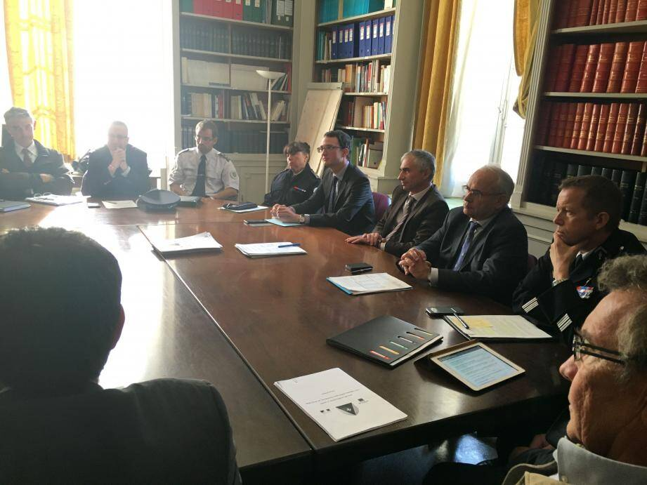 """Réunis autour des procureurs de la République Xavier Tarabeux (Toulon) et Ivan Auriel (Draguignan), les partenaires du dispositif ont signé ce jeudi la convention ouvrant la voie au déploiement des téléphones """"grand danger"""" dans le Var."""