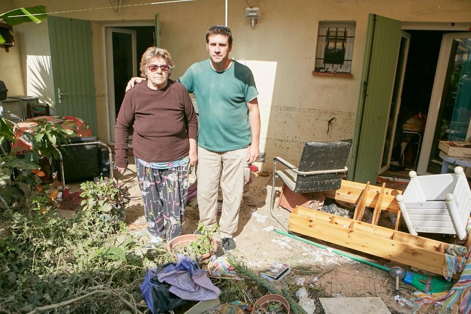 Gilberte et son fils Stéphane, hier, devant sa maison dévastée.