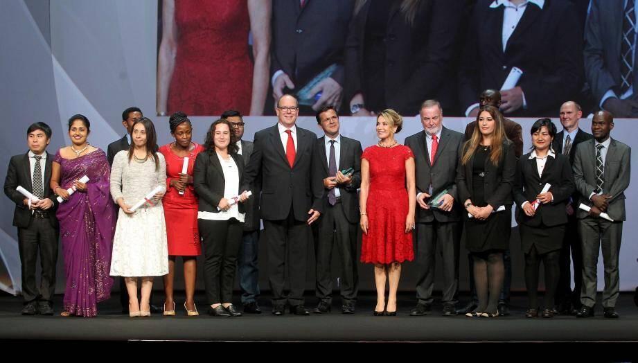 Le souverain hier soir, entouré par les différents récipiendaires des prix et bourses de sa fondation, à l'occasion de cette huitième cérémonie organisée alternativement à Monaco ou à l'étranger.