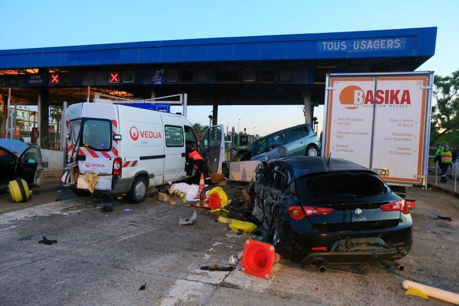 ©PHOTOPQR/NICE MATIN/Frantz bouton ; Le 29/10/2015 - Un accident impliquant une dizaine de véhicules à la hauteur de la barriere autoroutiere de st isisdore à nice a fait un mort et plusieurs blessés dont 4 dans un état grave.
