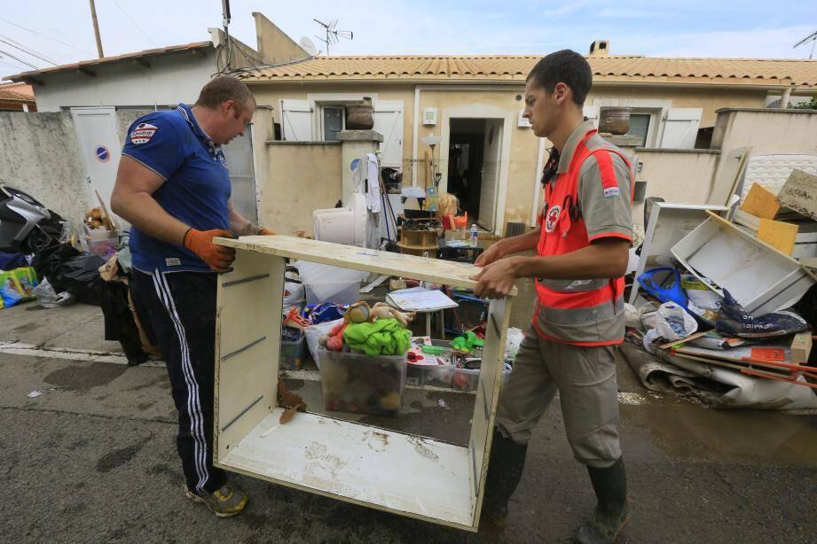 Les associations humanitaires prêtent main forte aux sinistrés.