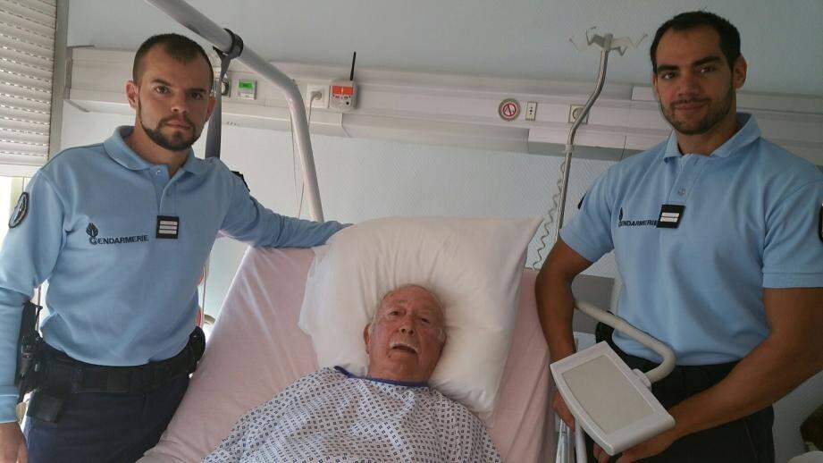 Avant-hier, le capitaine Blot et lieutenant Pardonneau ont rendu visite à Robert, 76 ans, qu'ils ont sauvé de la noyade samedi.