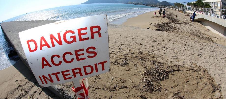 Sur les plages quasi désertes de Cannes, un panneau met en garde les baigneurs.