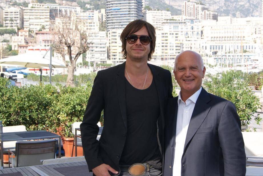 Le chanteur anglais David Zincke, ici à côté de Maurice Cohen, sera sur la scène de la foire vendredi soir, avec le chanteur niçois Medi.
