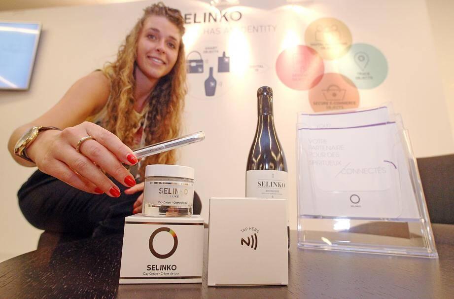La société belge Selinko présente une innovation avec des bouteilles ou des écrins cosmétiques équipées de puces qui permettent d'authentifier le produit et renseigner le consommateur.