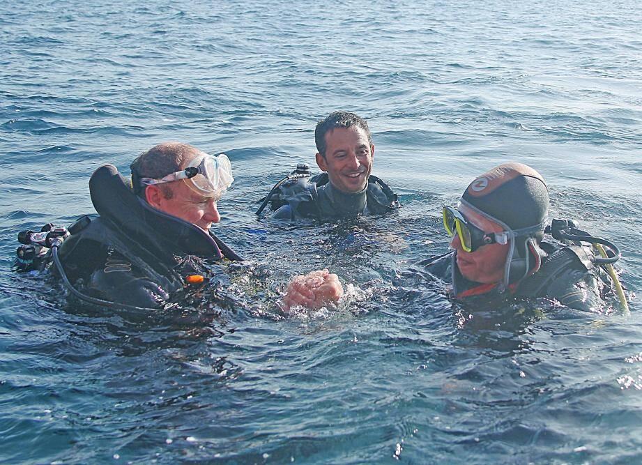 ¿PHOTOPQR/NICE MATIN ; Monaco le 20/10/2015 - Pour les 40 ans de l'Association Monegasque de la Protection de la Nature (AMPN), S.A.S Le Prince Albert II a plonge dans les eaux monegasques de la plage du Larvotto, en compagnie de Jacqueline Gautier- Debernardi, Presidente de l'Association monegasque pour la protection de la nature (AMPN) depuis f¿vrier 2014 - Ils ont depose au fond de l'eau, symboliquement une gerbe de fleur. PHOTO : Cyril Dodergny40 YEARS OF PRINCE ALBERT II OF MONACO FOUNDATION20 oct 2015