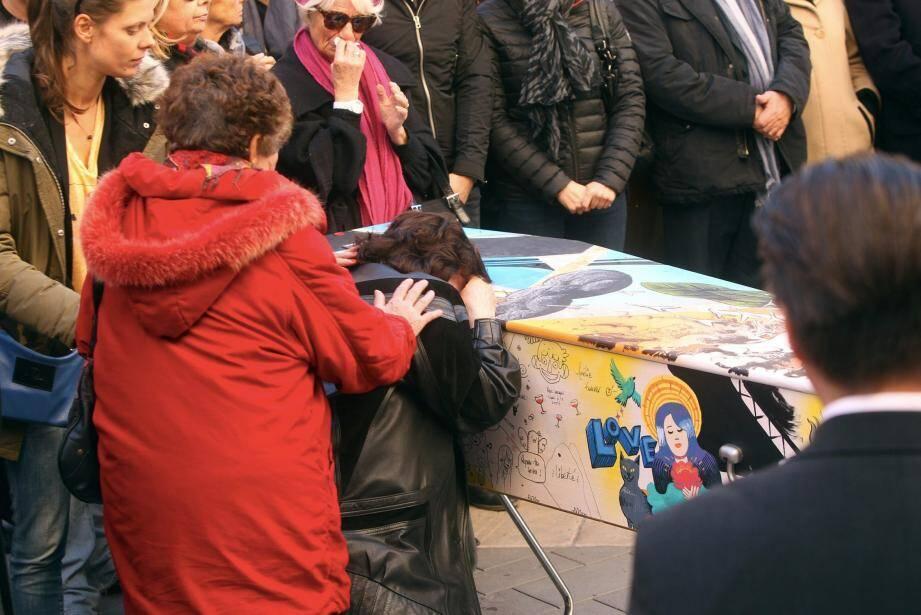 Le cercueil d'Aurélie de Peretti a été peint par des street-artistes.