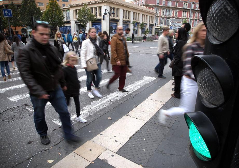 Ce ne sont pas toujours des trompe-la-mort, mais combien de piétons n'hésitent pas à « brûler » le feu vert pour s'engager sur le passage protégé ? Or, comme tout usager de la route, il peut être verbalisé.