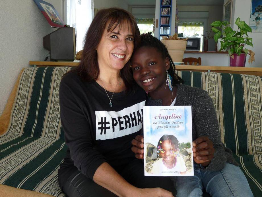 Angeline présente le livre écrit par sa maman. « Je suis fière d'elle » dit-elle.