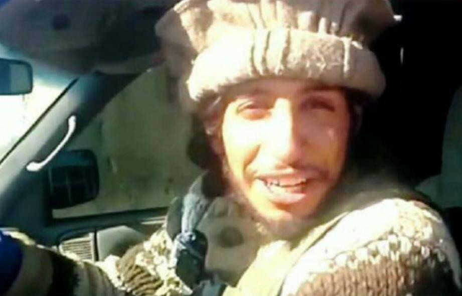 En mars 2014, dans une vidéo de propagande de Daesh, Abdelhamid Abaaoud était filmé, tout sourire au volant de son pick-up, en train de traîner plusieurs cadavres de musulmans jusqu'à une fosse commune...