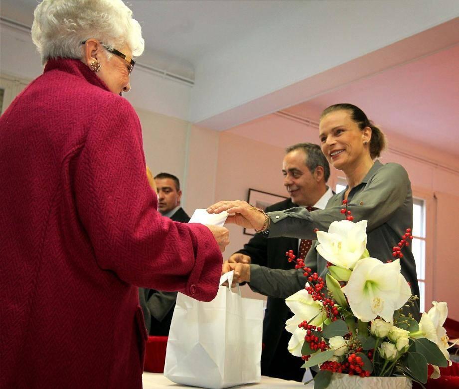 Près de 800 sacs ont été remis hier par la princesse Stéphanie aux aînés monégasques.