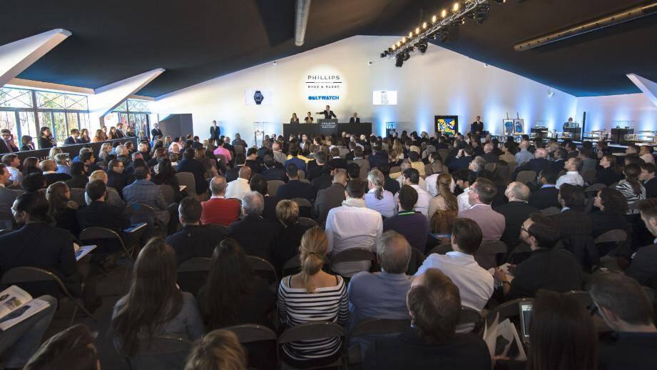 La vente, placée sous le haut patronage du souverain, a réuni plus de 300 personnes en salles et autant au téléphone et sur Internet.
