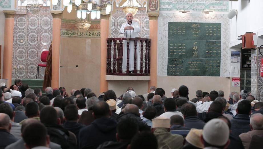 Près de 500 musulmans ont assisté au prêche de l'imam Otmane Aïssaoui à l'Ariane, hier, première prière du vendredi depuis les attentats.
