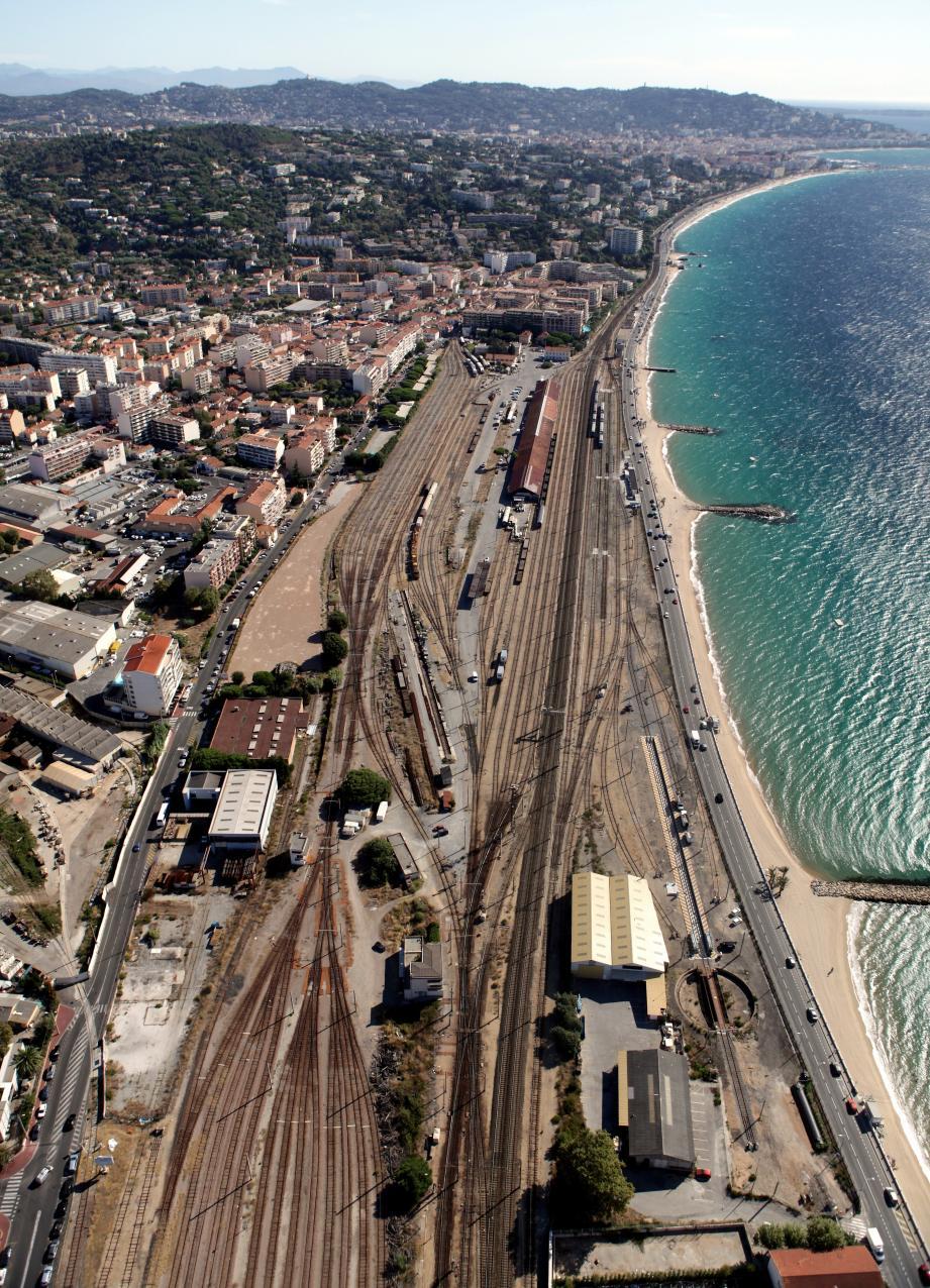 Le site, dit Cannes Marchandises, c'est 200 m de profondeur, sur 1 300 m de long. Soit 23 ha, dont une partie profitera directement à la Ville.