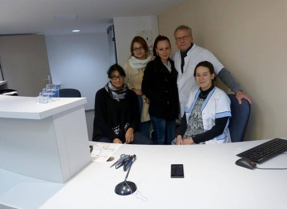 De droite à gauche : Déborah Halfon-Burgio, médecin, Eric Puissant, directeur technique, Eva Chevigné, assistante de direction, Émilie Castanet, assistante en imagerie médicale, Isabelle Foca, secrétaire médicale.