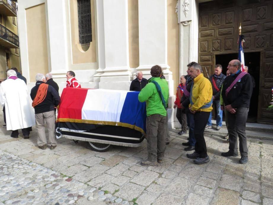 Des guides et des moniteurs de ski ont accompagné Jeannot Grinda vers sa dernière demeure.
