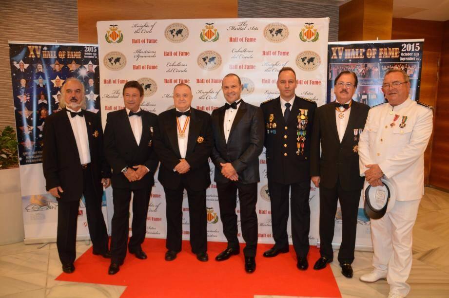 Claude Pouget entouré de Soke Santiago Sanchi, à sa droite, et d'autres grands masters et masters, lors de la soirée de gala en Espagne. (D.R.)