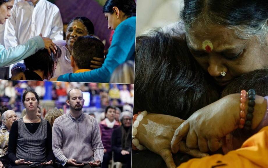 De nombreux fidèles viennent chercher des câlins dans les bras d'Amma.