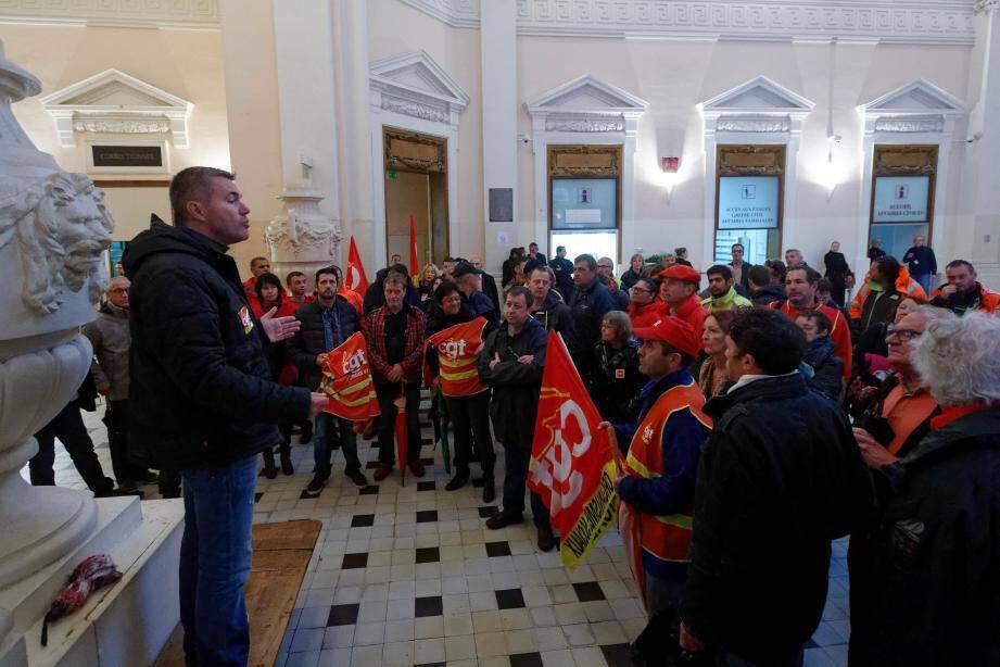 Une cinquantaine de militants CGT s'est rassemblée dans le hall du Palais de justice de Toulon, hier matin.