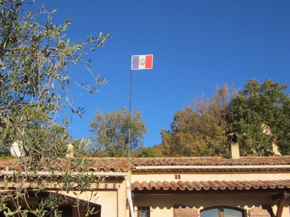Dominique a hissé le drapeau français trouvé dans l'édition du jour de Nice-Matin.