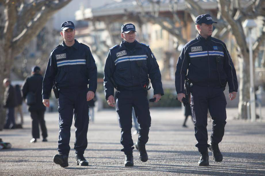 """Police municipale de Cannes, en patrouille le long des """"Allées""""."""