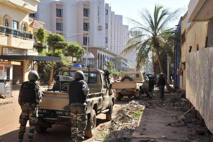Les forces maliennes près de l'hôtel où a lieu la prise d'otages.