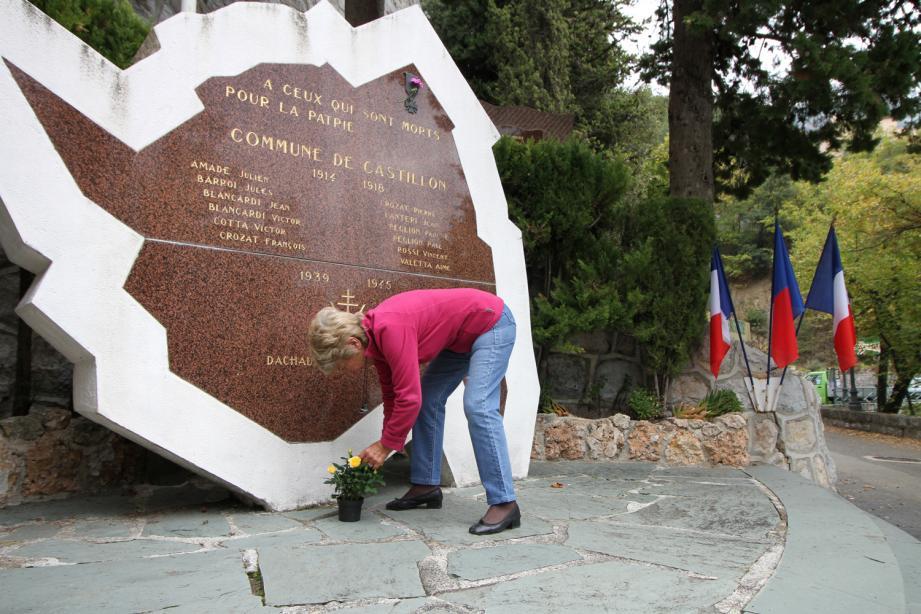 Pas de cérémonie aujourd'hui. Seule une petite plante a été déposée par une habitante du village au pied du monument aux morts de Castillon.