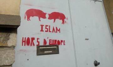La porte d'entrée du centre culturel et cultuel de l'Association des amis du Maghreb a été taguée.