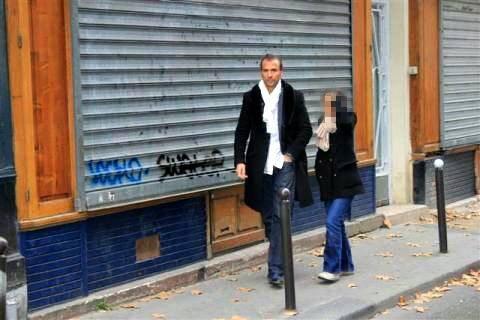 Le patron de la pizzeria, Dmitri Mohamadi à quelques mètres de son établissement au lendemain des attentats.