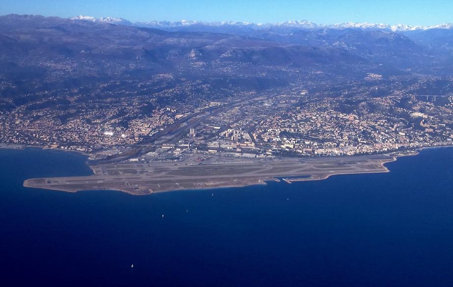 Vue aérienne de Saint-Laurent du Var et Nice.
