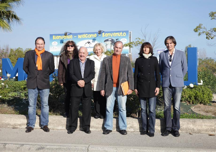 Jean-Marc Governatori entouré de quelques-uns de ses colistiers, hier à Antibes.