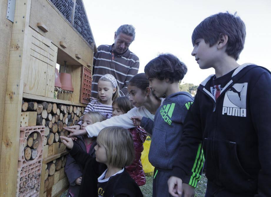 De Célia 3 ans et demi, à Bastien, 11ans, les enfants à la découverte de la nouvelle installation avec le naturaliste Denis Huin.