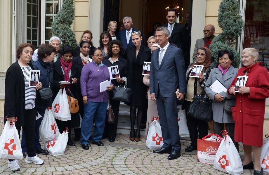 Au siège de la Croix-Rouge monégasque ce mardi matin, la princesse Charlène a accueilli elle-même les affiliés, pour leur offrir des cadeaux.