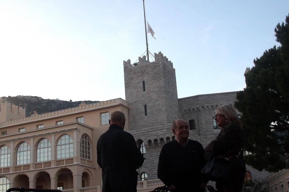 Le drapeau du Palais princier a été mis en berne dès samedi matin.
