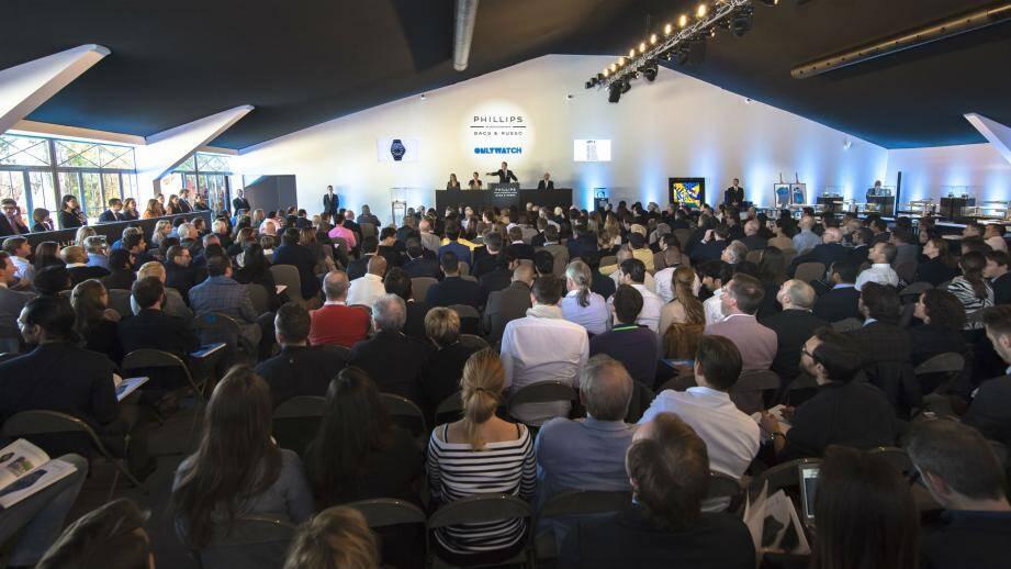 La vente, placée sous le haut patronage du souverain, a réuni plus de 300 personnes en salles et autant au téléphone et sur Internet.(