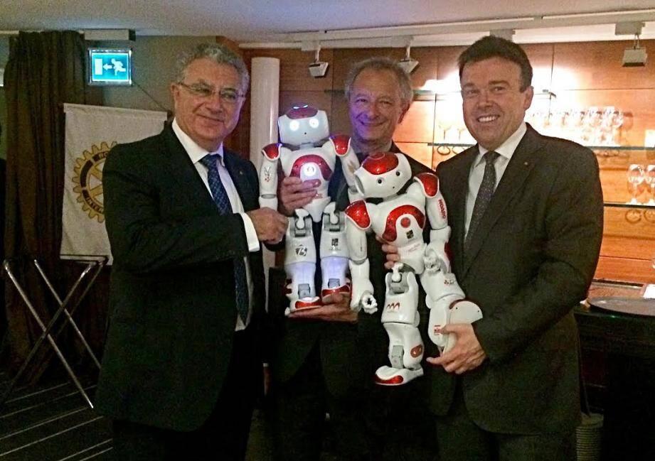 Jacob Ward, le professeur Alain Pesce et Stéphane Valeri, mardi soir au Méridien, pour la présentation des premiers résultats des robots interactifs qui œuvrent notamment avec les malades d'Alzheimer.
