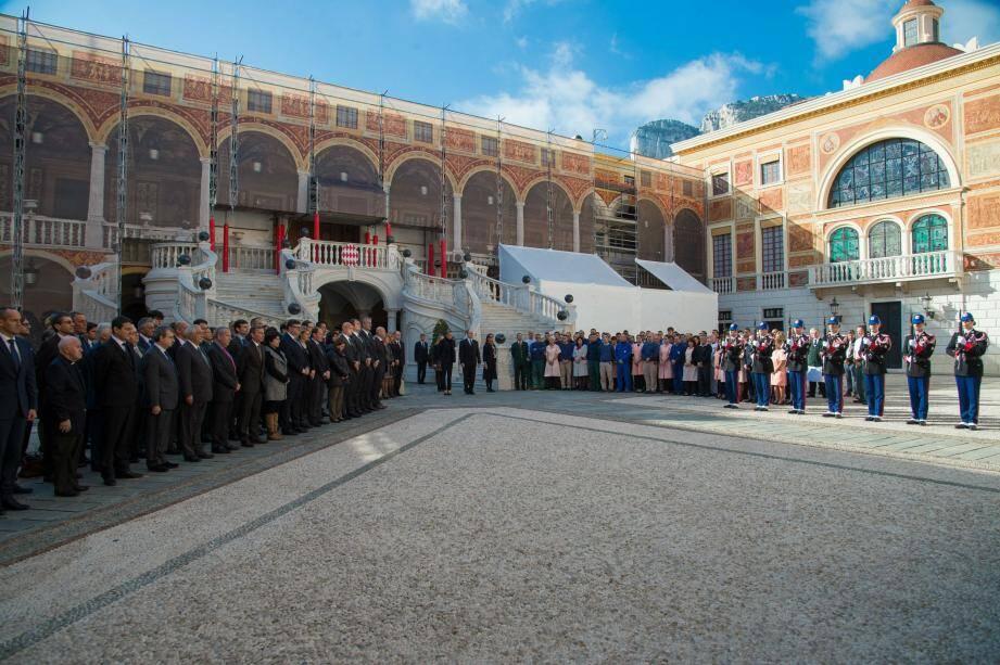 La famille princière était sur le perron du Palais entouré de tout leurs employés pour observer une minute de silence