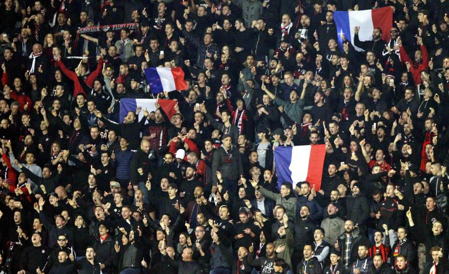 Les supporters niçois, habillés de noir, en hommage aux victimes des attentats de Paris du 13 novembre.