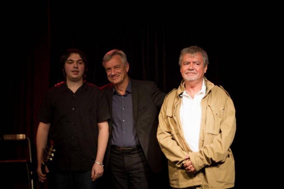 (De gauche à droite) : William Moraglia, guitariste, Patrick Mottard, auteur de Fragments de Nice et Bernard Gaignier, interprète et metteur en scène de cette pièce jouée au théâtre de l'Eau Vive.