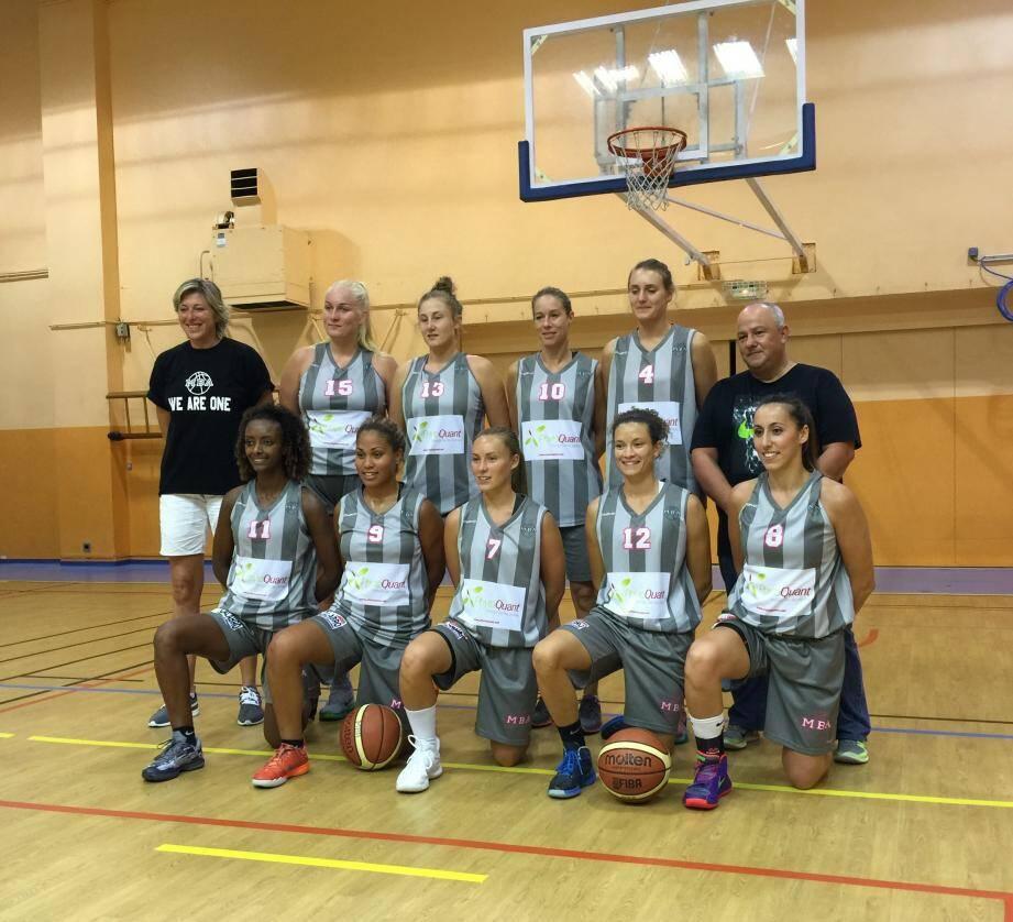 Entourée de son entraîneur et du président, une belle équipe de Monaco Basket Association qui remporte son duel face au leader de la poule, invaincu jusqu'à samedi !