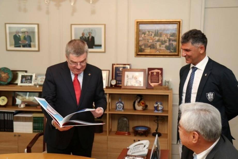 Angelo Spataro présente son livre au président du Comité international olympique, Thomas Bach.(DR)