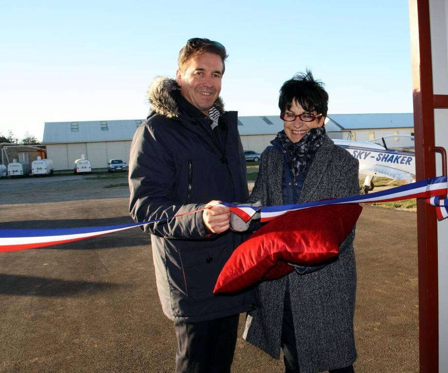 Christiane Philibert-Brezun coupe le ruban symbolique, assistée de Noël Faucheux.