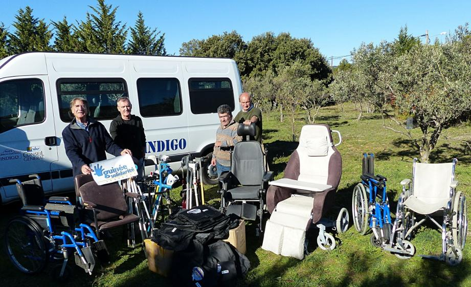 Claude Lo Conte de l'association Indigo a réuni tout ce matériel médical pour l'offrir à Philippe Corduant président de Guinée Solidarité Provence.
