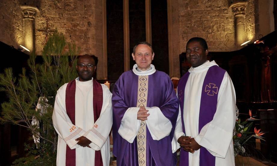 Venus du Cameroun, le père Fidèle (à gauche) et le père Jean-Marcel (à droite) ont été solennellement installés par le père Frédéric Firel, vicaire général du diocèse du Var (au centre).
