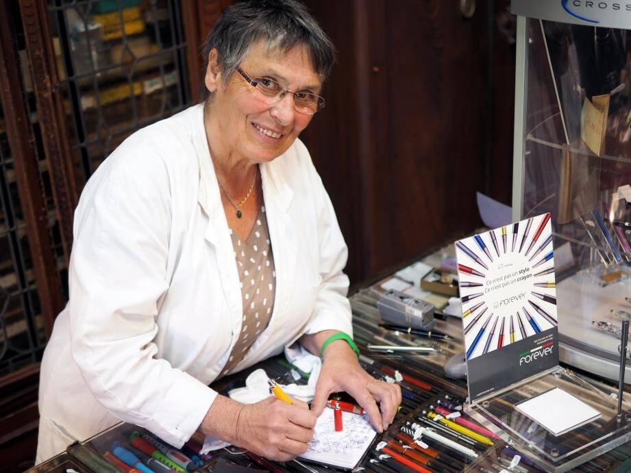 Janine Creutz est comme l'ami Pierrot : dans son magasin séculaire de la rue de L'Hôtel-des-Postes, elle prête sa plume ou plutôt ses plumes pour faire craquer les inconditionnels des bons stylos et de la belle écriture.