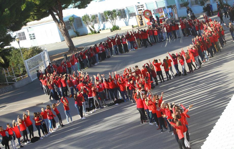 Les élèves du collège Raoul-Dufy se sont vêtus de rouge pour soutenir pour la première fois la journée mondiale de lutte contre le sida.