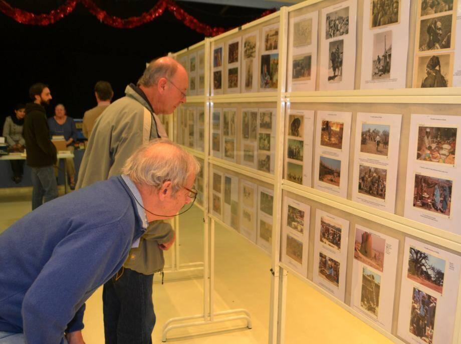De nombreux visiteurs sont venus admirer les collections de cartes postales, témoins du passé.
