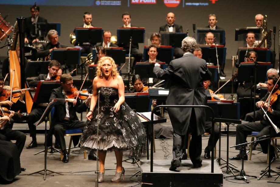 De dos, Paul-Emmanuel Thomas, directeur du conservatoire de Menton, a officié comme chef d'orchestre du final de « C'est pas classique ».