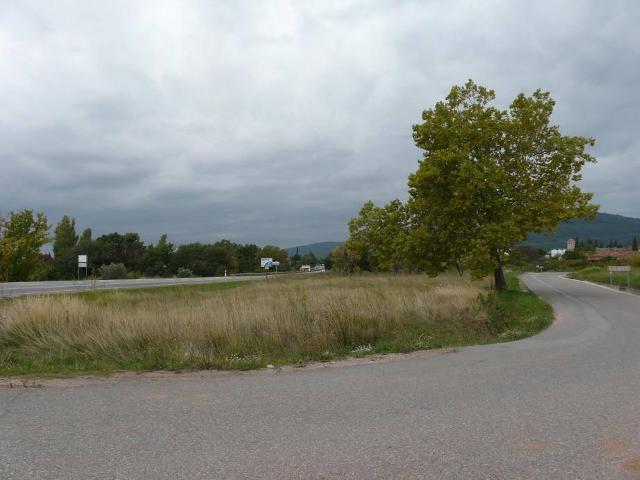 Une aire de stationnement va être aménagée prochainement sur cette parcelle que la commune vient d'acquérir quartier de La Planque.
