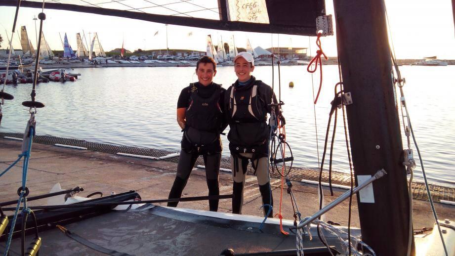 L'équipage passe, lors des entraînements pendant la saison, plus de 160 heures en mer pour une moyenne de 60 manches courues par an.